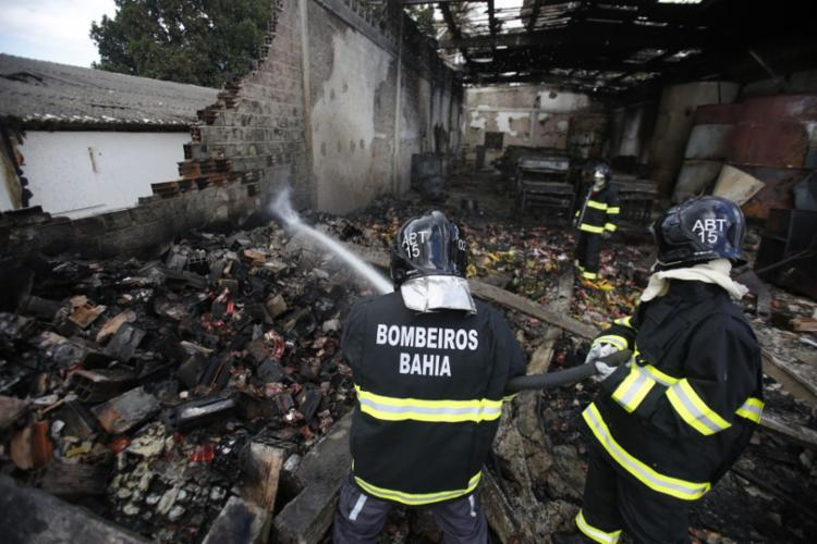 Bombeiros estão no local nesta quinta-feira, 10, para esfriar a fábrica - Foto: Raul Spinassé | Ag. A TARDE