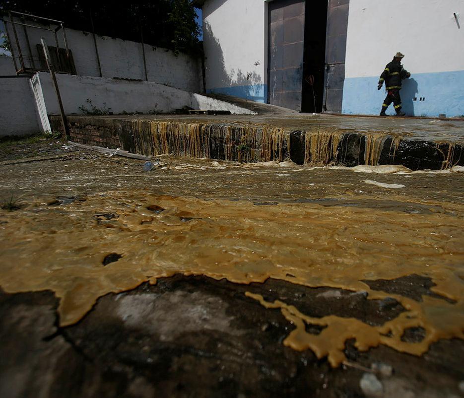 Fogo derreteu 20 toneladas de parafina e 27 toneladas velas prontas   Foto: Raul Spinassé   Ag. A TARDE