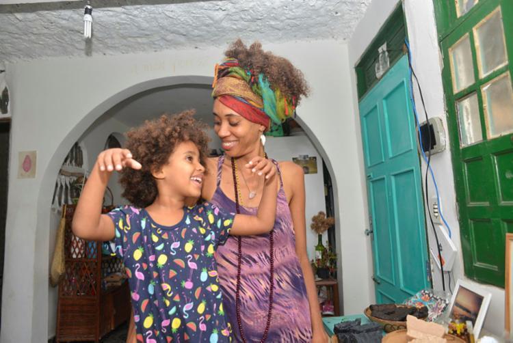 Jaqueline conta que iniciou trabalho com aromaterapia depois do nascimento da filha Brisa - Foto: Carla Frascarelli | Divulgação