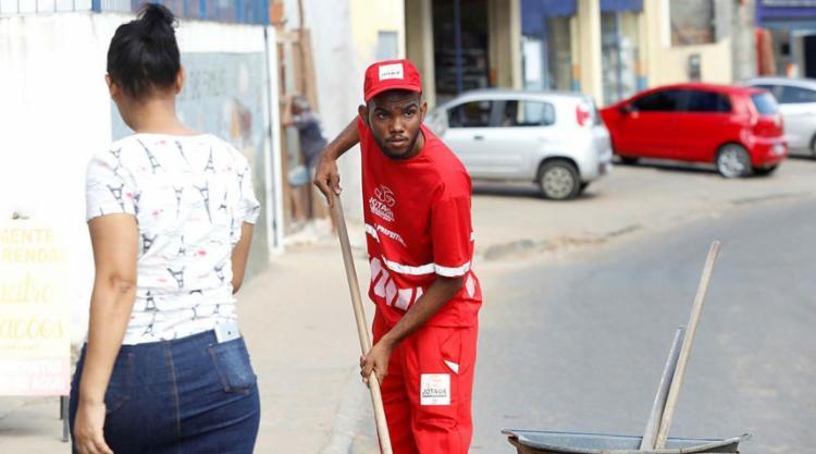 Repórter exerceu a função de gari no bairro de Valéria - Foto: Adilton Venegeroles | Ag. A TARDE