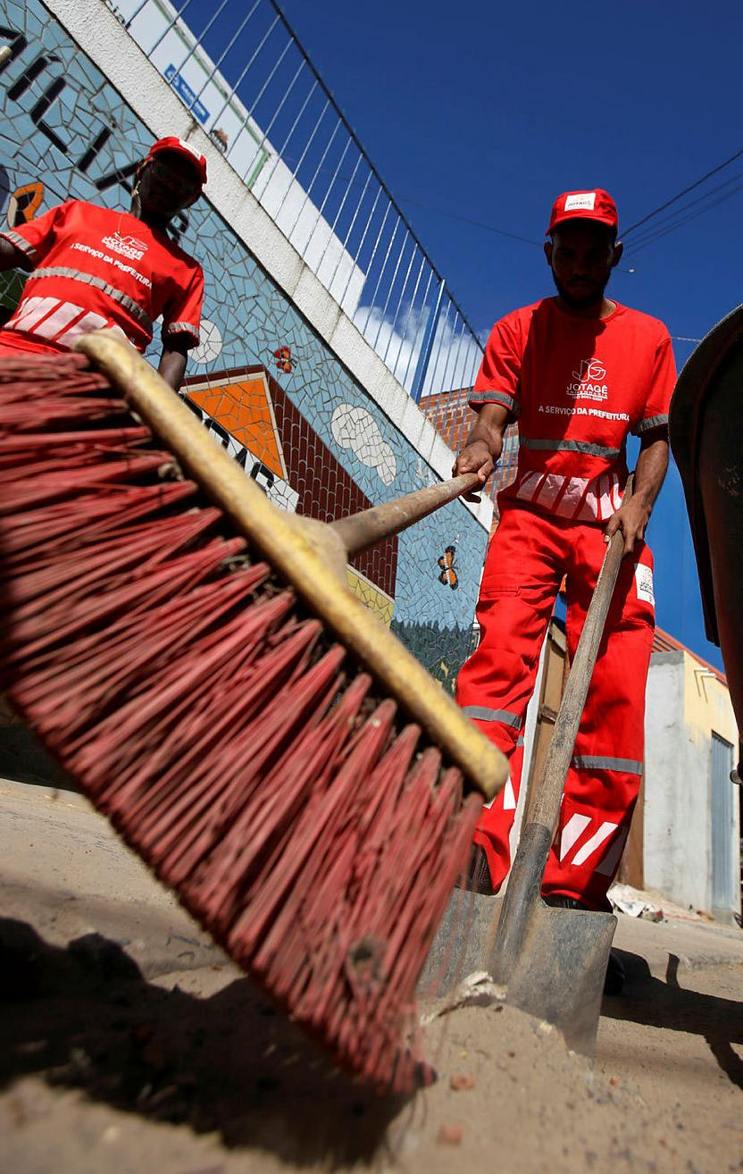 Trabalho incluiu varrer a rua, recolher lixo e arrancar grama | Adilton Venegeroles | Ag. A TARDE