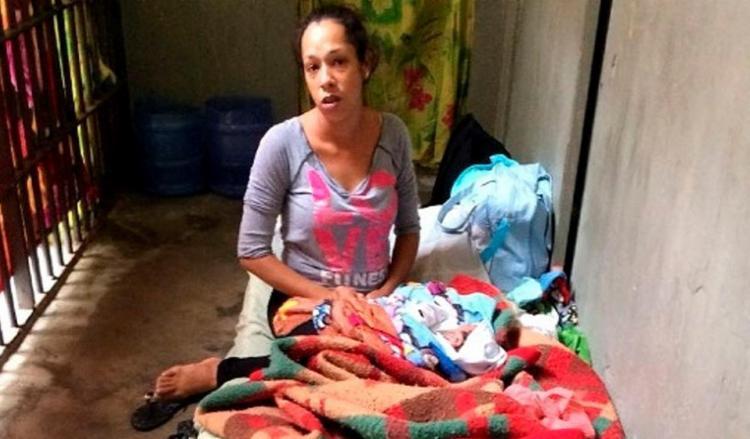 Jéssica com filho recém-nascido na carceragem em SP - Foto: Condepe l Divulgação