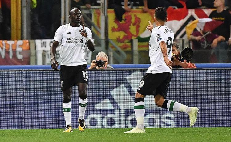 Mané comemora com Firmino após abrir o placar para os Reds - Foto: Alberto Pizzoli l AFP