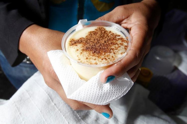 Nos tabuleiros das baianas há mingau de milho, tapioca e aveia - Foto: Luciano Carcará / Ag. A Tarde