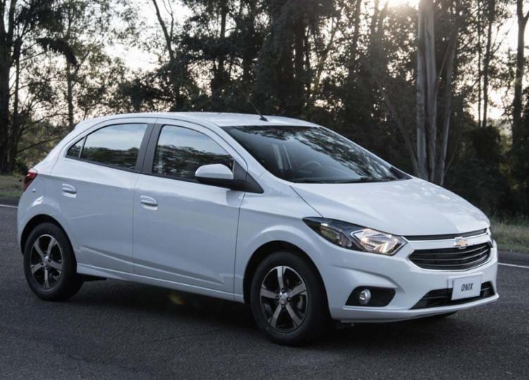 O Chevrolet Onix continua na liderança das vendas - Foto: Divulgação