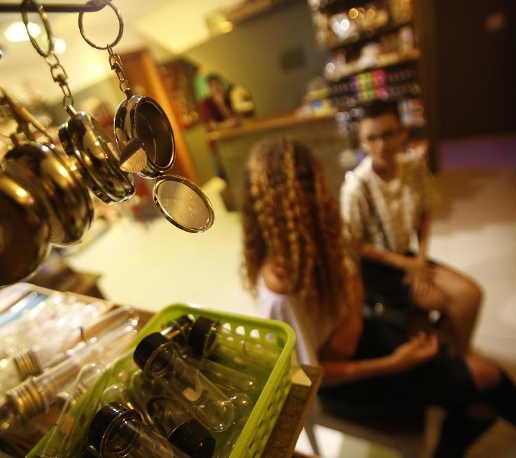 A loja Isso é Um Cachimbo? também tem um hookah lounge para quem fuma narguilé. Foto: Luciano Carcará / Ag. A Tarde