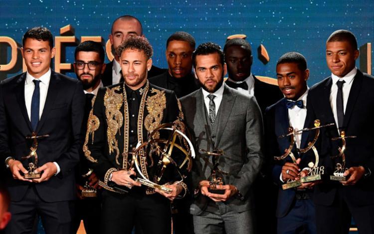 Neymar e outros jogadores brasileiros, como Daniel Alves, foram premiados neste domingo - Foto: Franck Fife | AFP