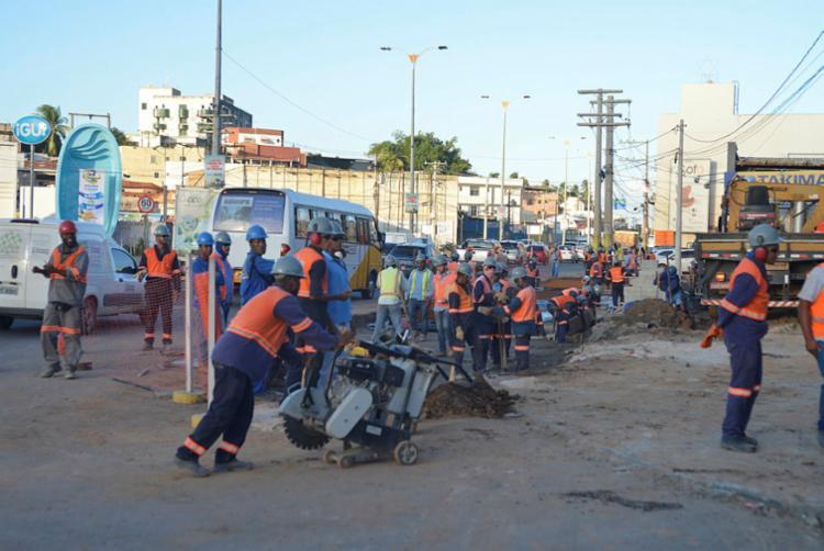 Operários estão trabalhando na construção de uma outra parada para os coletivos