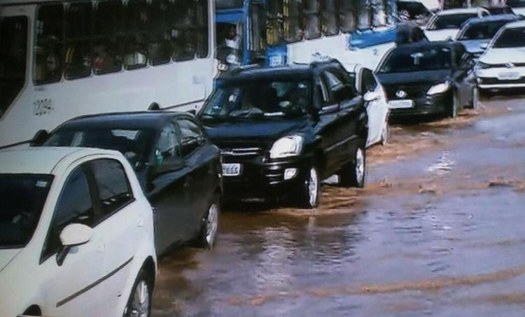 Vazamento de água afeta trânsito no Ogunjá - Foto: Reprodução | TV Record