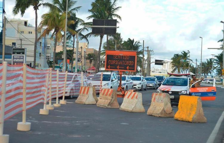Barreira na avenida Oceânica por conta de obras em Ondina - Foto: Shirley Stolze | Ag. A TARDE