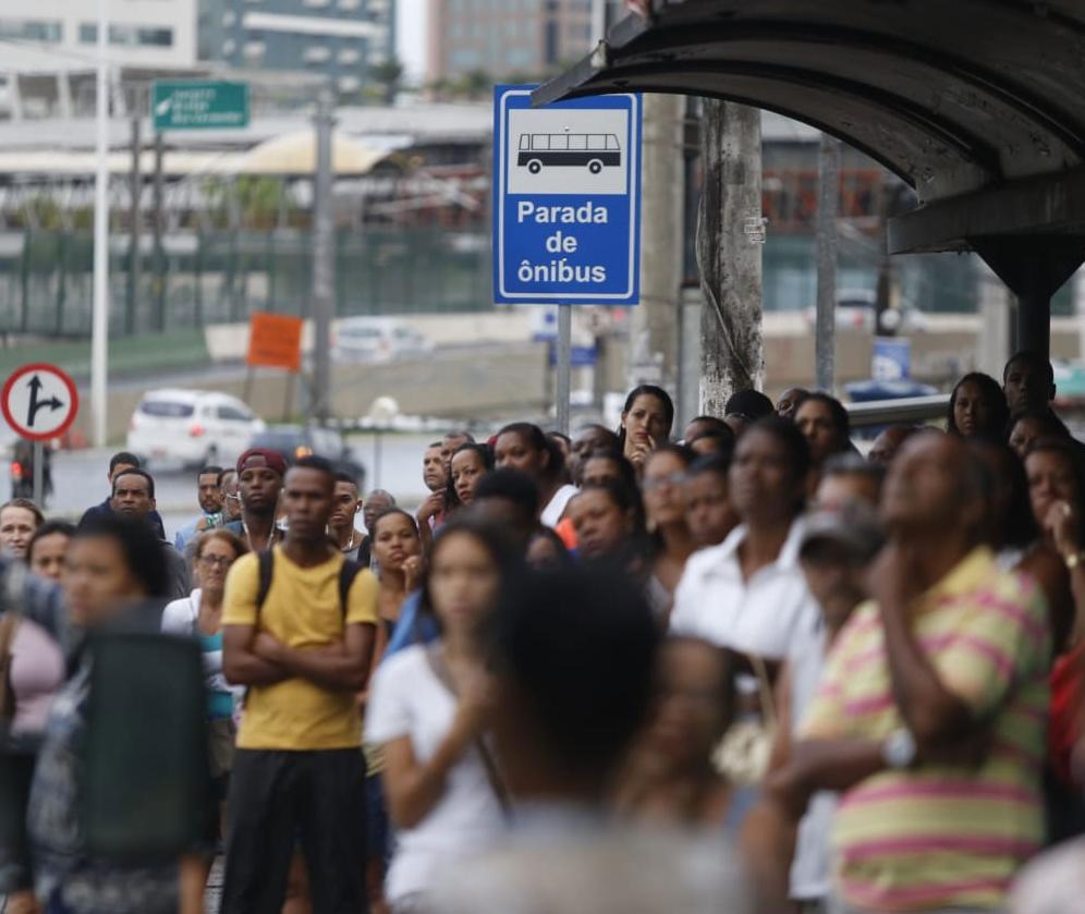 Pontos de ônibus ficaram lotados por conta de mobilização | Foto: Raul Spinassé | Ag. A TARDE