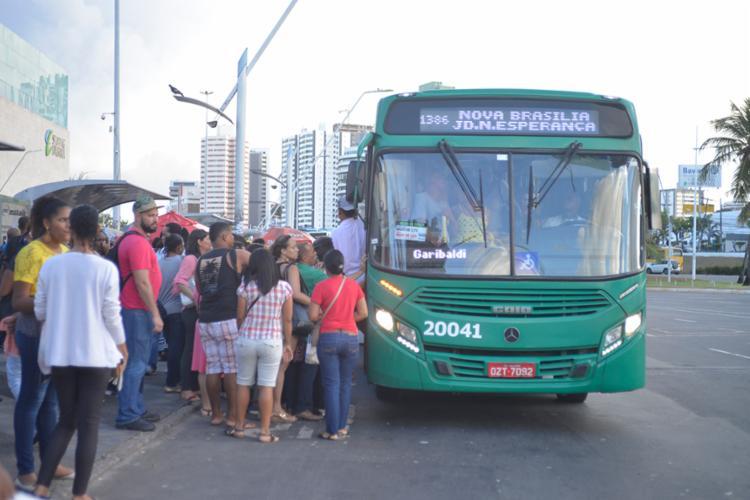 Ônibus estão começando a ser abastecidos com regularidade - Foto: Shirley Stolze | Ag. A Tarde