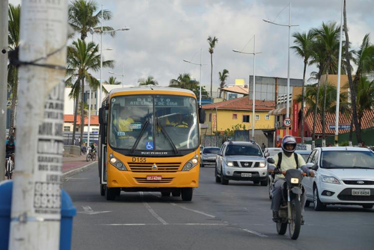 Micro-ônibus atendem a população durante a paralisação dos coletivos - Foto: Shirley Stolze   Ag. A Tarde   20/05/2018