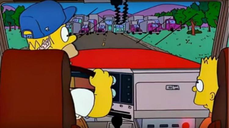 Homer está dirigindo um caminhão ao lado de Bart e se depara com outros veículos alinhados, o que parece ser uma paralisação - Foto: Reprodução | Fox