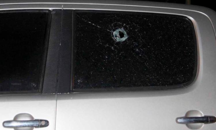 O tiro atingiu uma das portas traseiras, mas não feriu o pastor - Foto: Reprodução | Radar 64