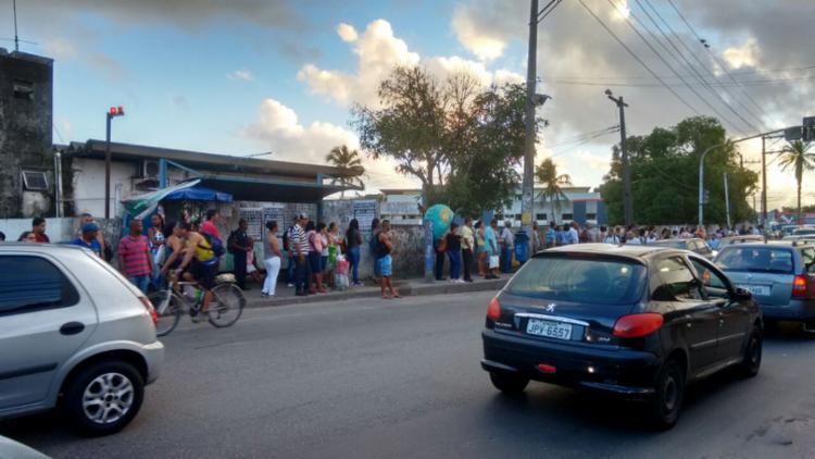 Pontos de ônibus lotados mesmo com o fim da greve | Foto: Paula Pitta | Ag. A TARDE