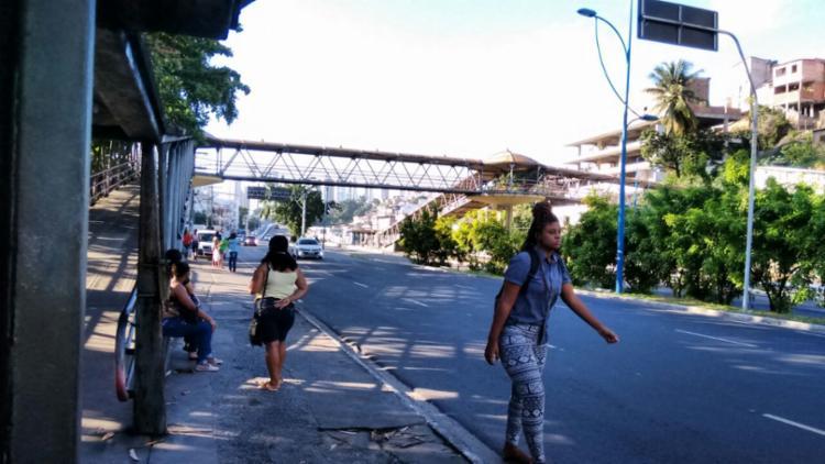 Na Vasco da Gama, alguns usuários esperavam por transporte - Foto: Shirley Stolze | Ag. A TARDE