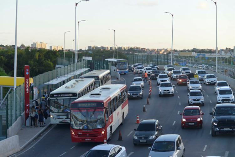 Ponto de ônibus no meio do novo viaduto deixa o trânsito complicado - Foto: Shirley Stolze | Ag. A TARDE