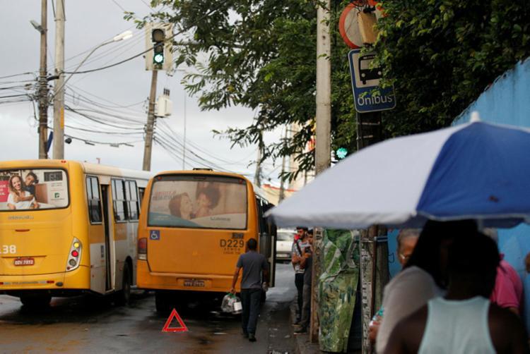 Usuários aguardam em ponto sem abrigo em Pau da Lima - Foto: Luciano Carcará | Ag. A TARDE