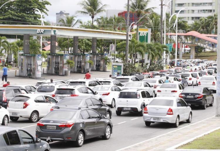 Grandes filas estão se formando na tentativa dos motoristas de conseguir combustível - Foto: Luciano da Matta | Ag. A TARDE