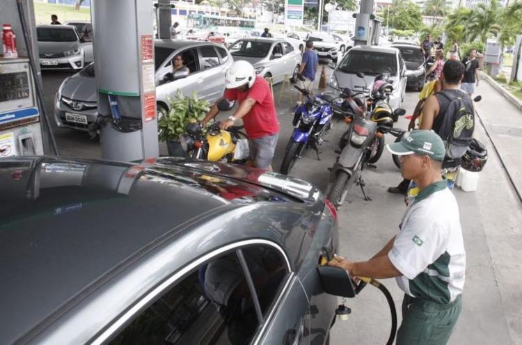 Nesta segunda, motoristas e motociclistas enfrentaram filas para abastecer - Foto: Luciano da Matta | Ag. A TARDE