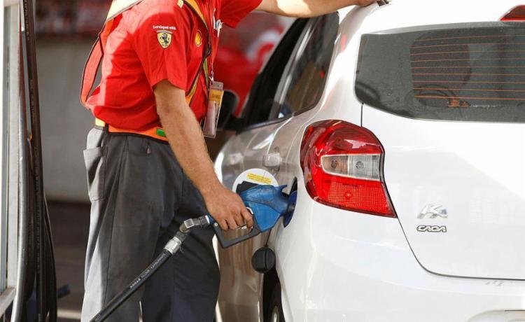 Motoristas encontram gasolina em alguns pontos da cidade - Foto: Luciano da Matta | Ag. A TARDE