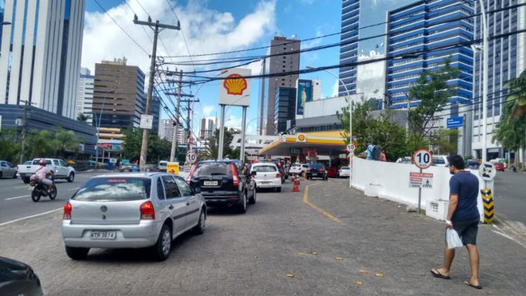 Motoristas enfrentam dificuldade para abastecer na capital | Paula Pitta | Ag. A TARDE