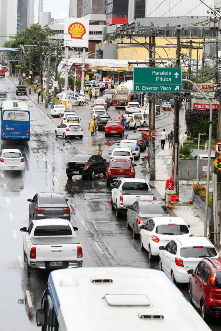 No posto do Sumaré, fila afeta trânsito na Tancredo Neves | Foto: Luciano da Matta | Ag. A TARDE