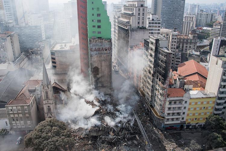 Edifício ocupado de forma irregular desmoronou após incêndio - Foto: Nelson Almeida l AFP