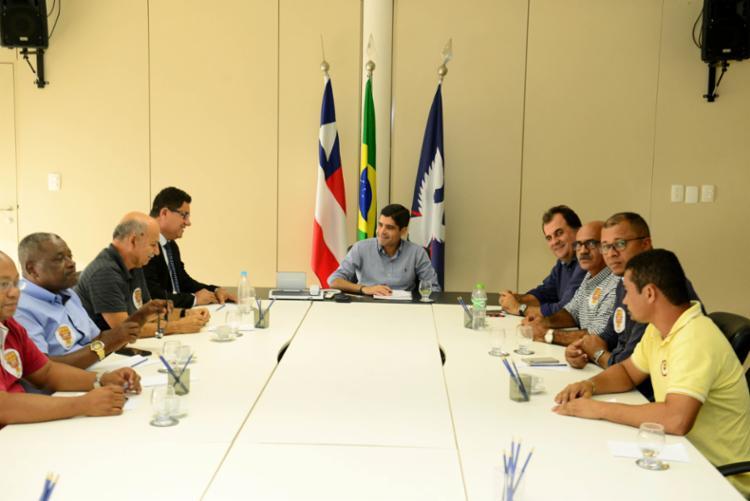 Prefeito e secretário Fábio Mota se reuniram com as duas partes para tentar resolver impasse - Foto: Divulgação   Secom