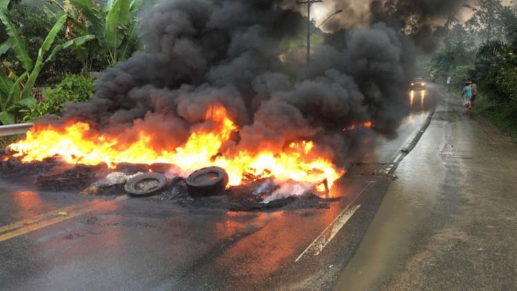 Caminhoneiros atearam fogo em pneus e bloquearam trecho da BR-101 - Foto: Cidadão Repórter | Via WhatsApp
