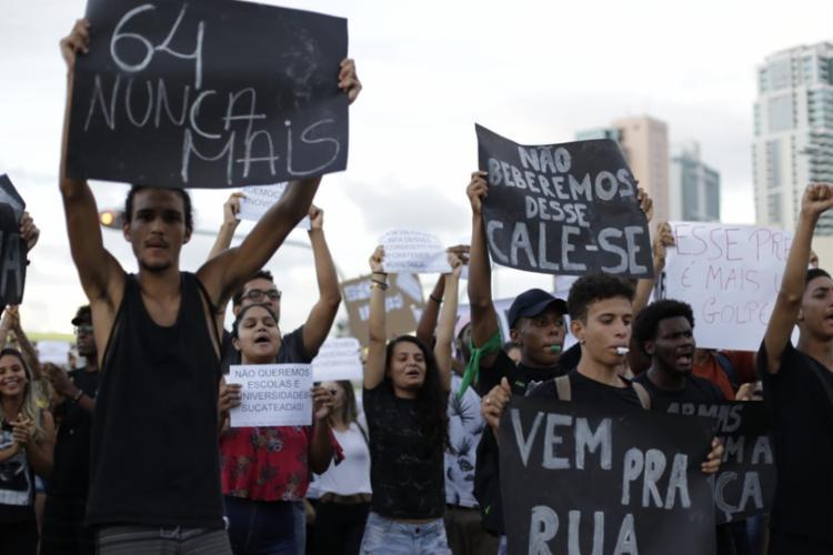 Participantes do ato protestam contra intervenção militar e opressão social - Foto: Raul Spinassé | Ag. A TARDE
