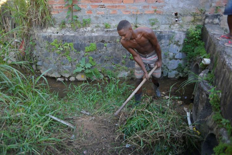 Raimundo Júnior ajuda em mutirão na rua da Alegria | Foto: Shirley Stolze | Ag. A TARDE