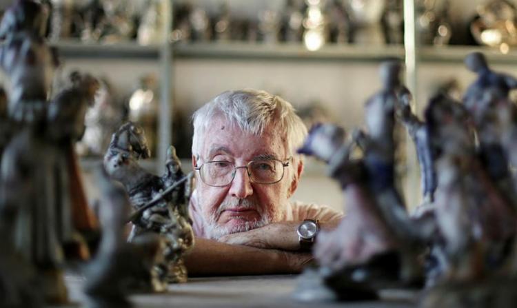 O criador Reynaldo em meio às suas criaturas - Foto: Raul Spinassé | Ag. A TARDE