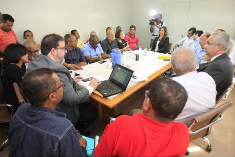 Representes do sindicato dos rodoviários e do patronal em reunião na SRT - Foto: Luciano da Matta | Ag. A TARDE
