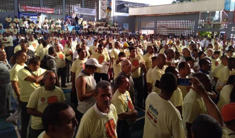 Trabalhadores se reuniram em assembleia na tarde desta quinta, no Ginásio dos bancários - Foto: Gabriel Andrade | Ag. A TARDE