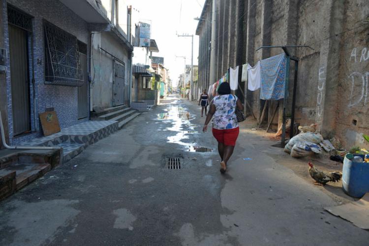 Na rua Eixo 35, moradores têm que conviver com poças - Foto: Shirley Stolze | Ag. A TARDE