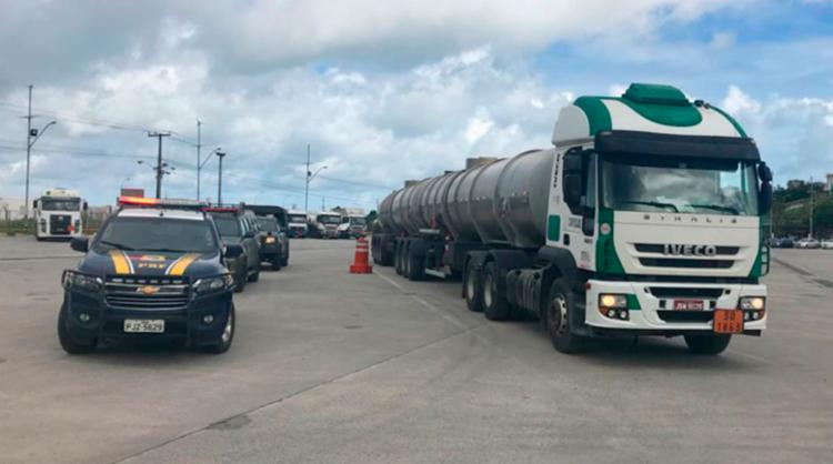 Carregamento saiu escoltado da refinaria em Madre de Deus para o aeroporto - Foto: Divulgação   PRF