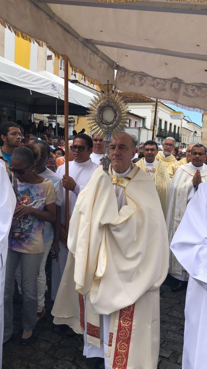 Dom Murilo carrega o ostensório com o Santíssimo Sacramento no percurso até o Campo Grande