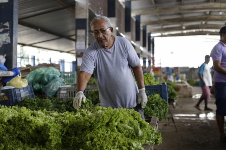 Comerciante conta que os produtos que ainda têm no local foram trazidos por um carro pequeno - Foto: Raul Spinassé | Ag. A TARDE