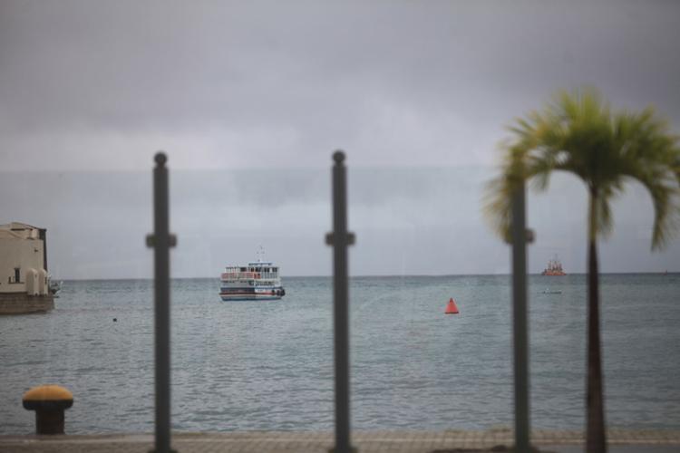 Ventos fortes, ondas elevadas e mar agitado dificultam a navegação pela Baía de Todos-os-Santos - Foto: Raul Spinassé | Ag. A TARDE