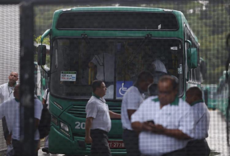 Ônibus começaram a sair das garagens após 8 horas - Foto: Raul Spinassé | Ag. A TARDE