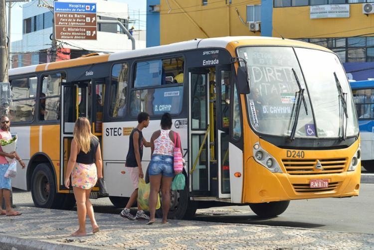 Além dos 300 coletivos da Stec, a prefeitura autorizou a circulação de 800 vans escolares - Foto: Shirley Stolze | Ag.A TARDE