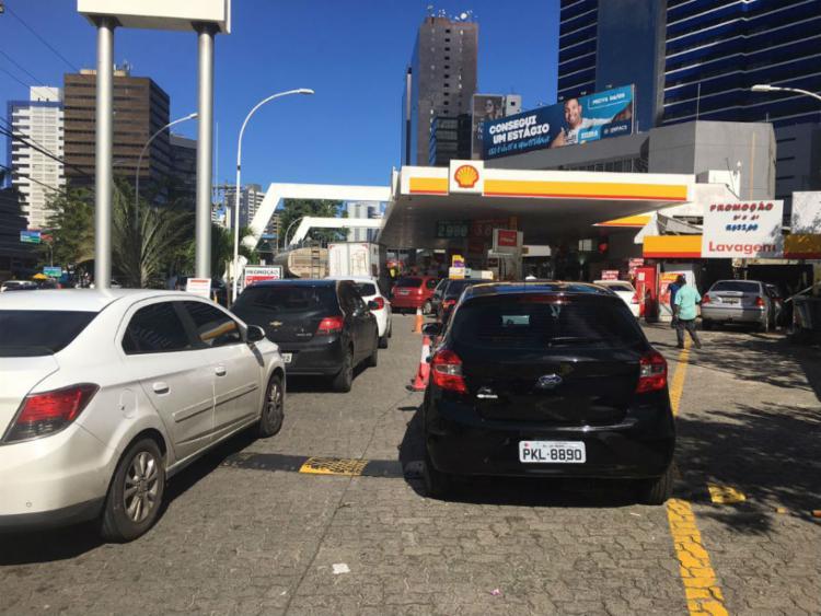 Fila de veículos tem deixado trânsito lento na região - Foto: Juraci dos Anjos | Ag. A TARDE