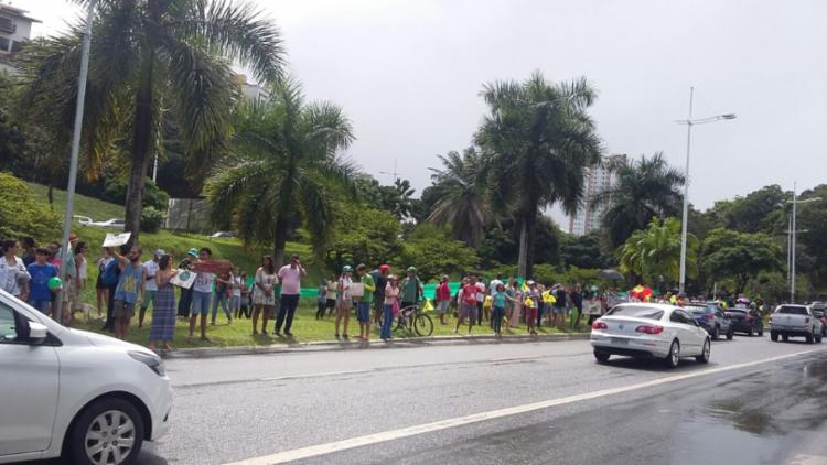 Manifestantes se concentraram no canteiro central da avenida, em frente ao Aliança
