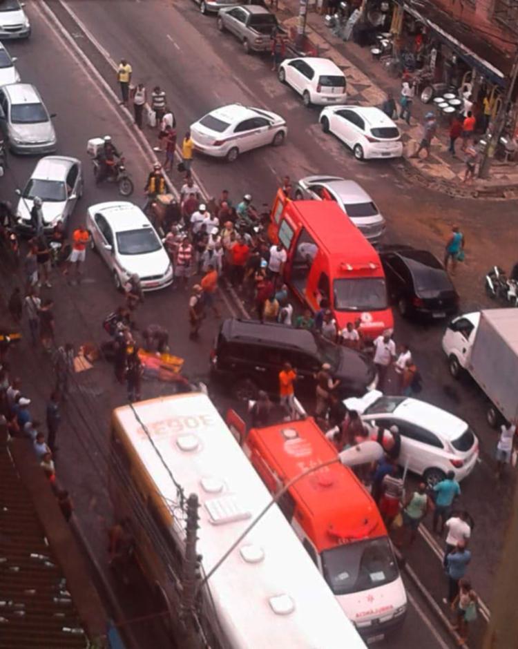 Bombeiros e Samu prestam atendimento às vítimas no local - Foto: Cidadão Repórter | Via WhatsApp