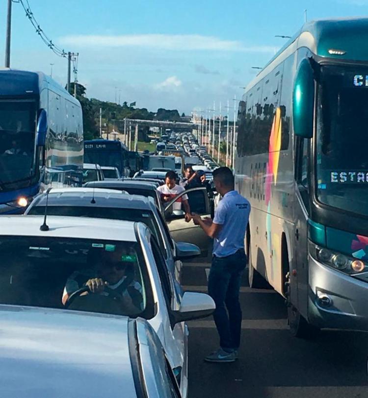 Carreata seguiu do Imbuí até a avenida Tancredo Neves, na tarde desta quinta-feira, 24, deixando o trânsito lento - Foto: Cidadão Repórter | Via WhatsApp