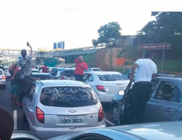 Motoristas usaram os vidros dos veículos para repudiarem o aumento