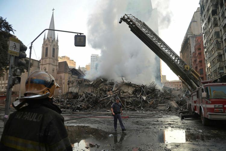 Prédio desabou após incêndio se espalhar para outros pavimentos - Foto: Rovena Rosa | Agência Brasil