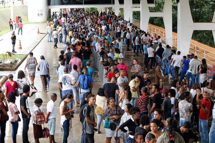 Eleitores comparecem na sede do TRE, no CAB, e esperam por atendimento dois dias antes do término do prazo para a regularização - Foto: Margarida Neide l Ag. A TARDE